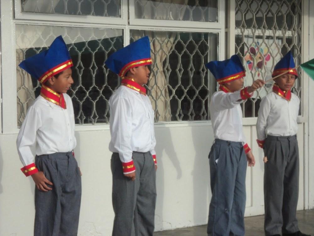 Escuela solicita padres llevar hijos disfrasados niños heroes