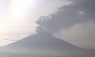 Volcán Popocatépetl lanza madrugada ceniza y material incandescente