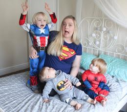 Hayley McLean, autora de Sparkles & Stretchmarks, con sus tres hijos