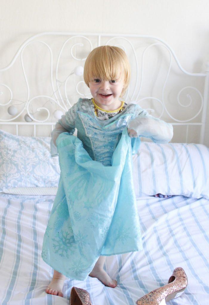 Noah, niño británico, 3 años, vestido de la Reina Elsa, Frozen