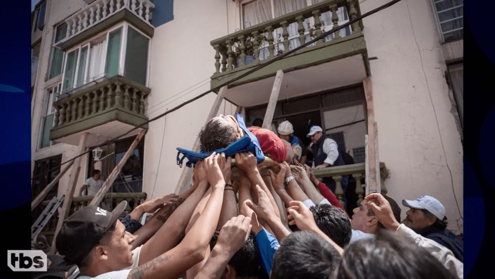 Voluntarios ayudando en un rescate, sismo 19 de septiembre CDMX