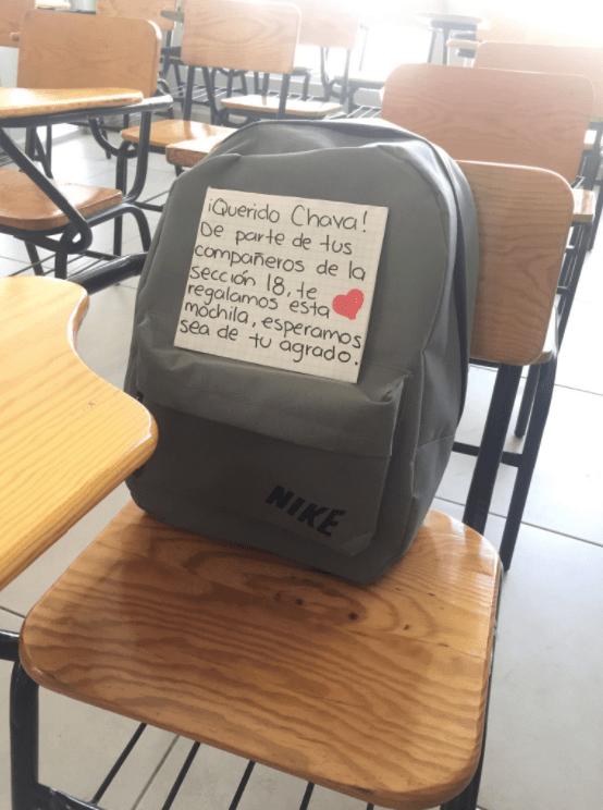 Chico no tenía dónde llevarse sus cuadernos, sus compañeros de clase le regalan una mochila