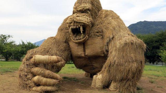 Escultura de gorila hecho de paja de arroz en Japón