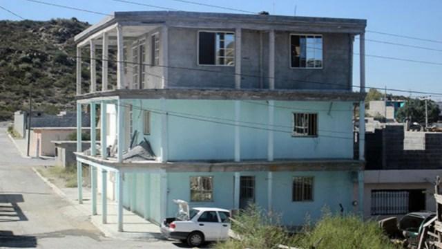 Don Vergas construye casa en Saltillo sobre la banqueta
