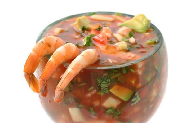 coctel-de-camarones-con-catsup-aceite-oliva-aguacate-cebolla-cilantro-en-bola