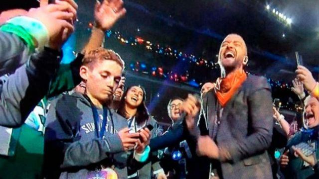 Niño selfie super bowl con Justin Timberlake