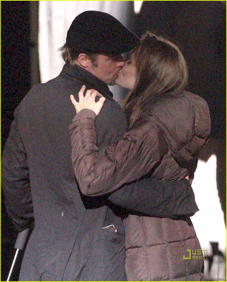 Brad Pitt y Angelina Jolie besándose