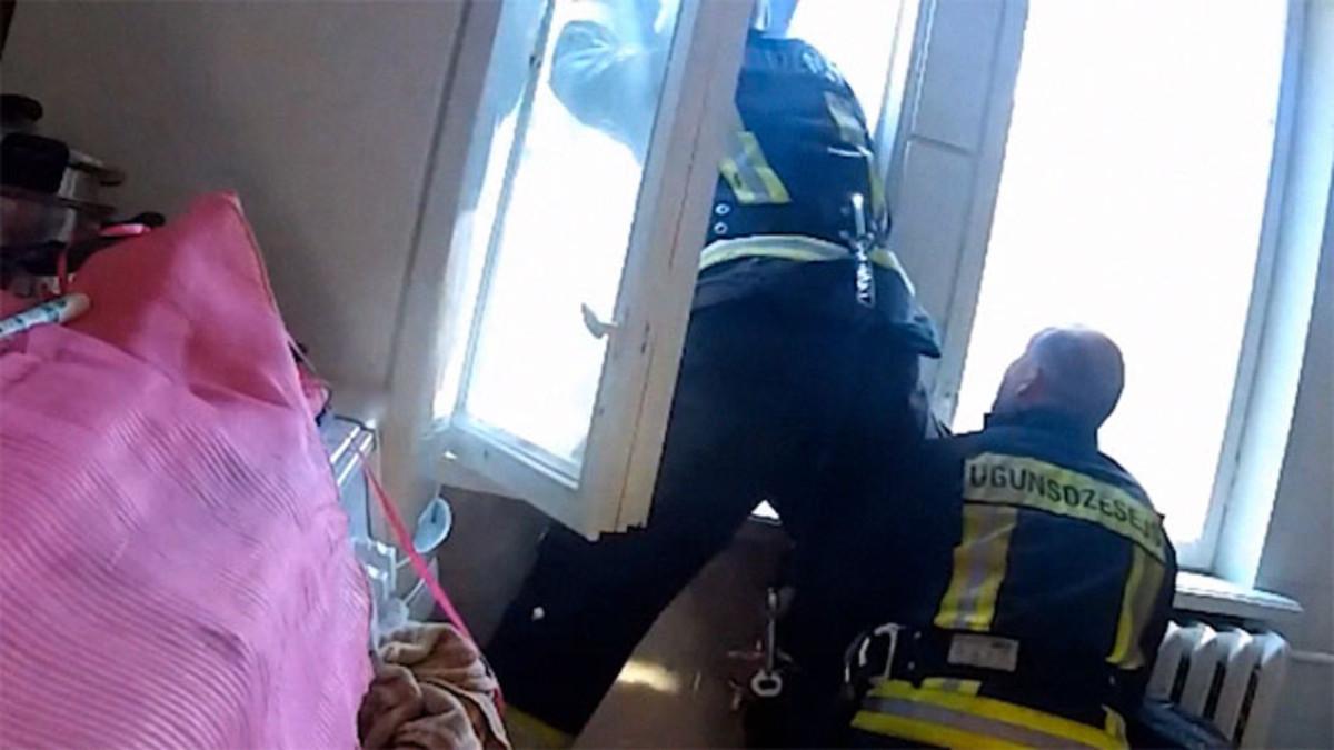 Bombero atrapa mujer suicida mientras ella caía