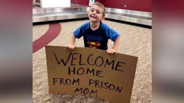 Niño Da Bienvenida, Mamá Aeropuerto, Letrero Bienvenida, Aeropuerto, Niños, Mamá Regresa Carcel