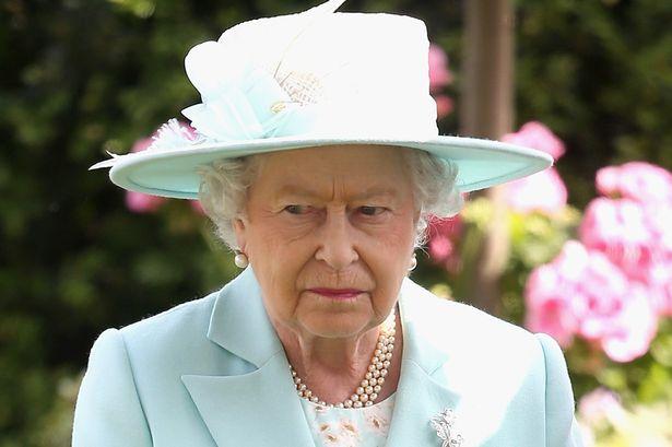 Reina Isabel II se reiraría pronto en favor de su hija