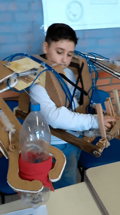 Niño diseña sofisticado robot de cartón