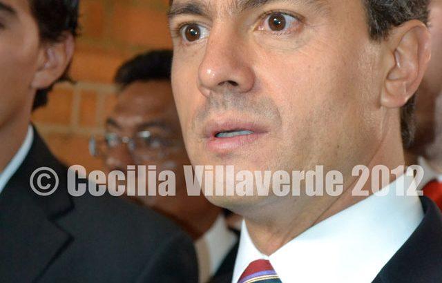 Enrique Peña Nieto devela busto de AMLO