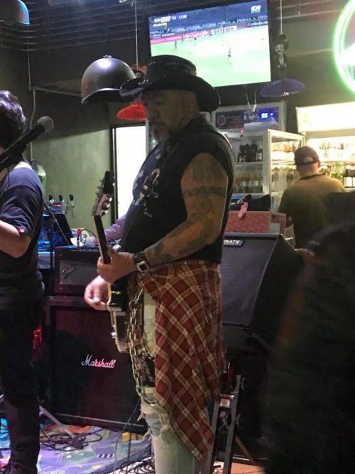 Carlos trejo se dedica a tocar en bares