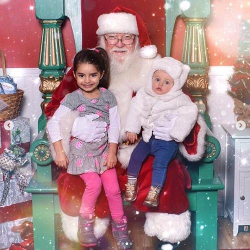 Aislinn Derbez comparte foto navideña con Photoshop
