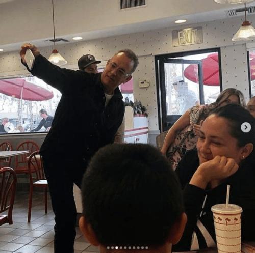 Tom Hanks acude a restaurante de hamburguesas y paga la cuenta de todos
