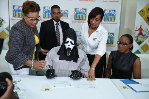 Hombre acude a recoger premio de lotería disfrazado de Scream