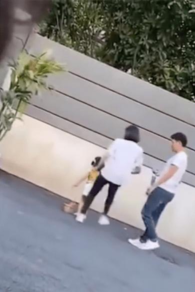 Mamá pateó a su hija por no posar bien en las fotos