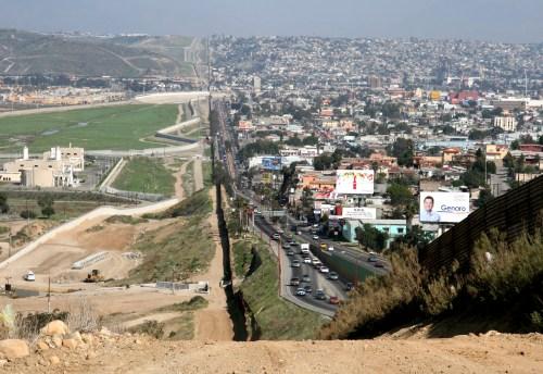 Reportero recibe burlas por usar chaleco antibalas en la frontera de Estados Unidos y México