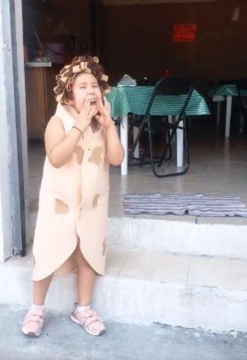 Niña usa disfraz de taco árabe para promocionar taquería