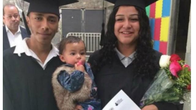 Novios se gradúan de la secundaria acompañados de bebé