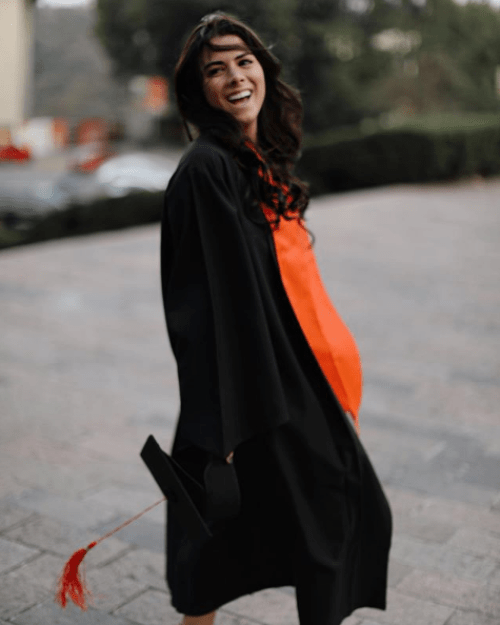 Paulina Peña muestra el mensaje de graduación que le envió su papá
