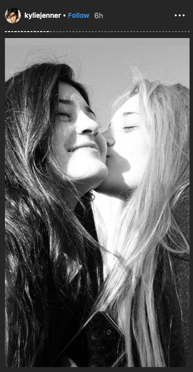 Kylie Jenner festeja el cumpleaños de su mejor amiga besándola