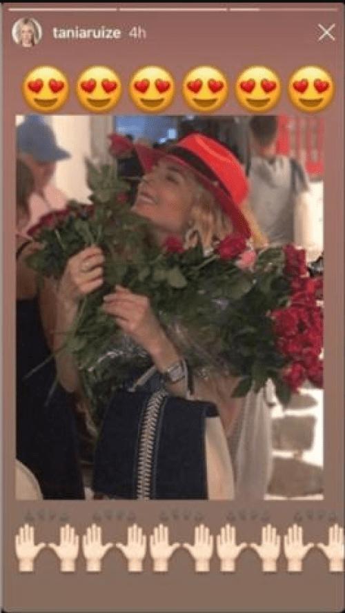 Peña Nieto regala rosas a Tania Ruiz