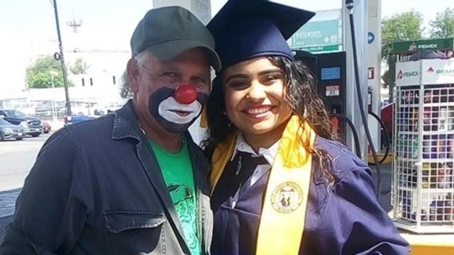 Hija Entrega Título A Su Padre, Hija Entrega Diploma A Papá Payaso, Raymundín Payaso, Raymundín Cara De Calcetín, Hija De Raymundín Payaso, Hija Entrega Diploma A Su Papá
