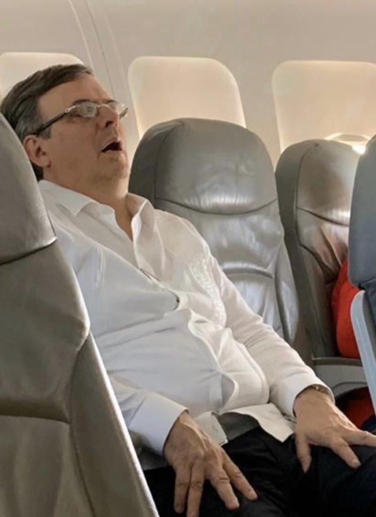Los memes de Marcelo Ebrard dormido