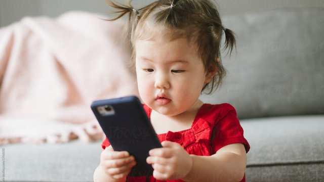 Niña china de 2 años se queda casi ciega por el celular