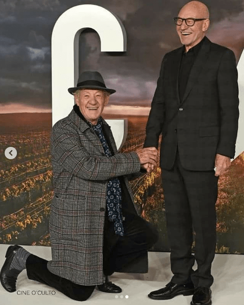 Ian McKellen se besa con Patrick Stewar en alfombra roja de Star Trek