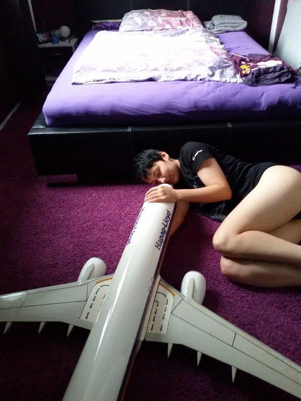 Mujer quiere casarse con avión que conoció hace seis años
