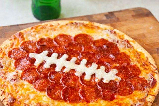 Pizza con forma de balón de futbol americano