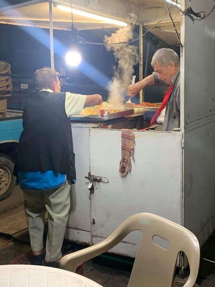 Pareja de viejitos que venden tacos hasta la madrugada se hace viral