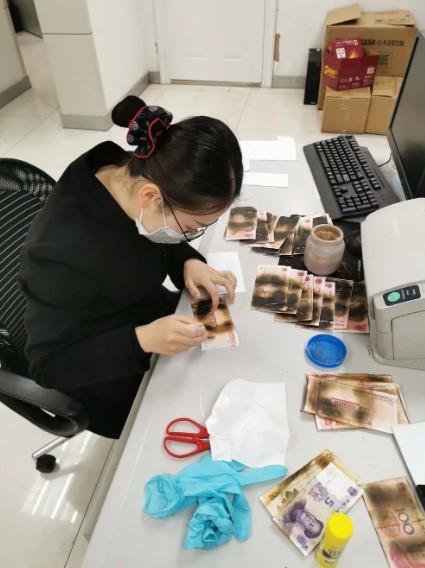 Mujer quema billetes por intentar desinfectarlos en el microondas