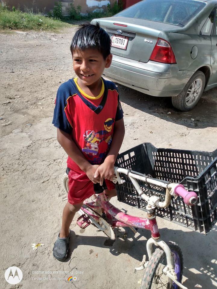 Niño hace mandados por 5 pesos para comprarse una tablet