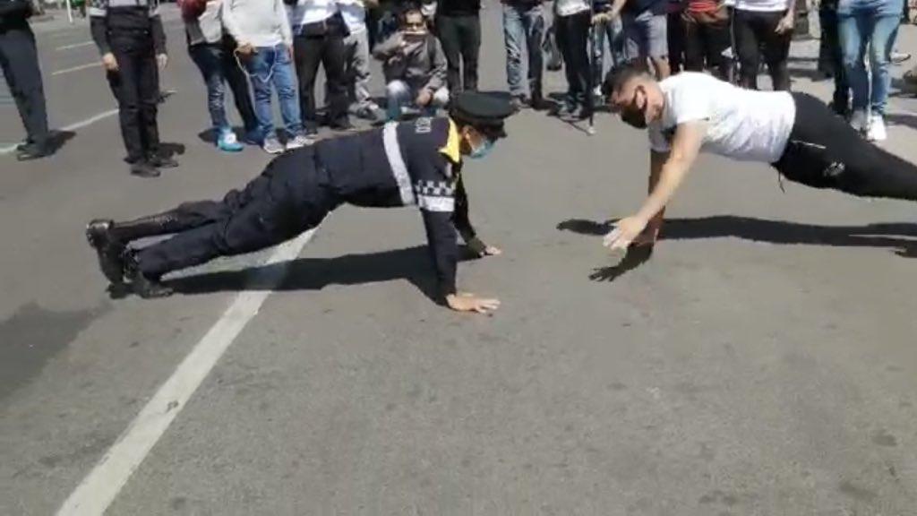 Mamados retan a policía con discapacidad a hacer lagartijas y perdieron