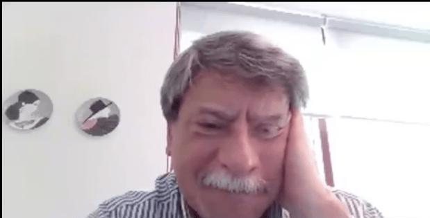 Alumnos deciden ayudar a su maestro con las clases virtuales y llora de la emoción