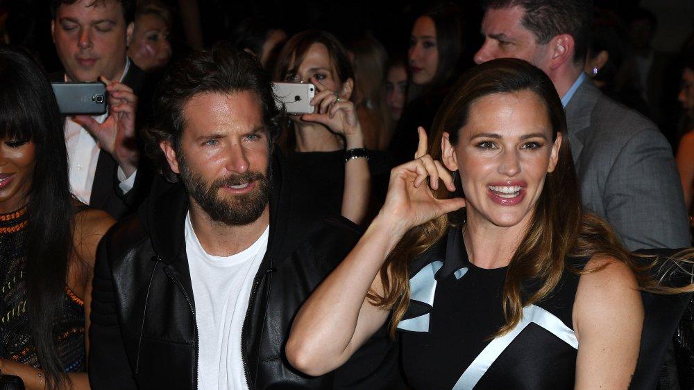Lágrimas de Lady Gaga: Captan a Bradley Cooper acaramelado con Jennifer Garner en la playa