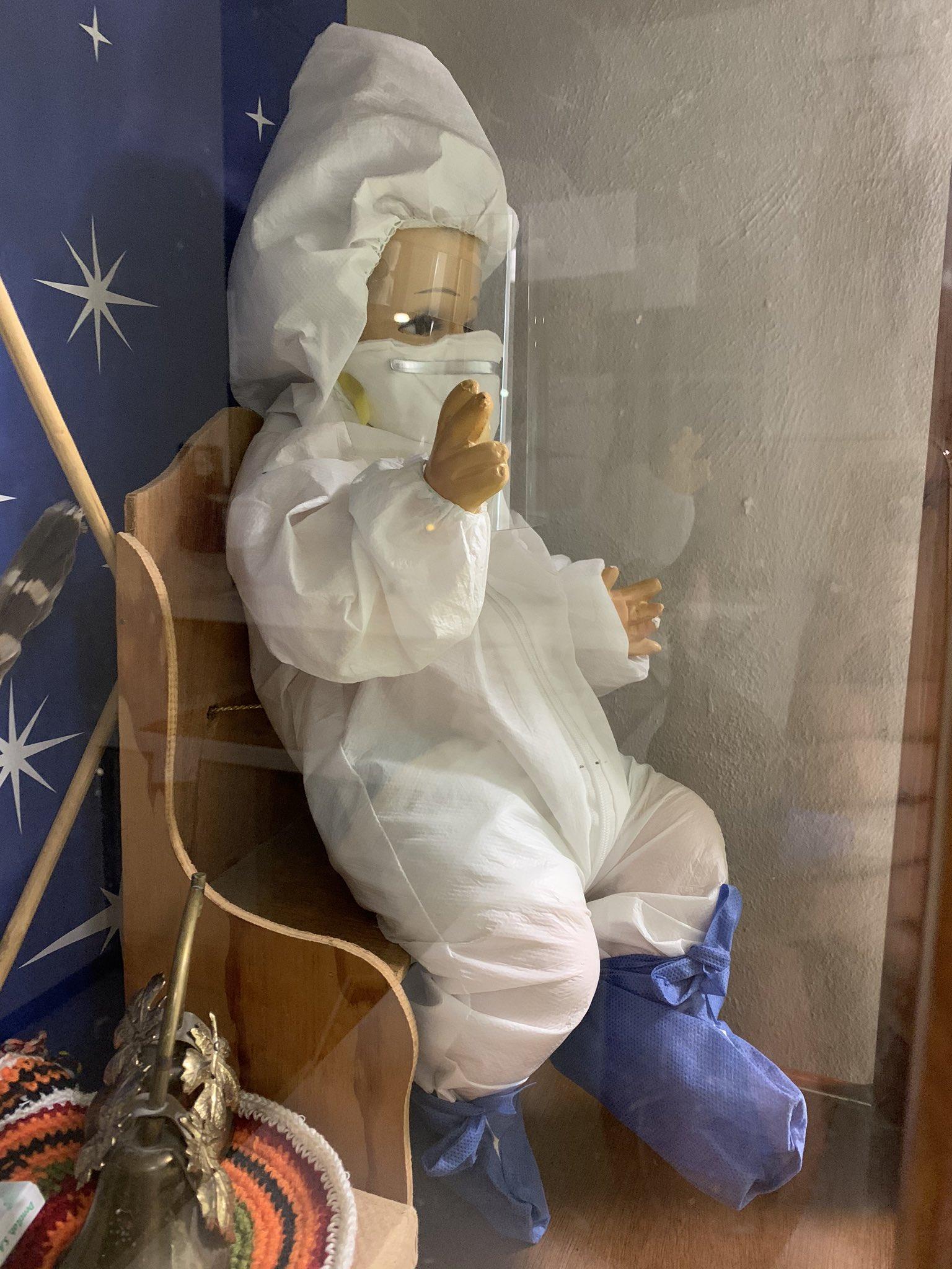 Visten a Niño dios para protegerlo de Covid y coronavirus