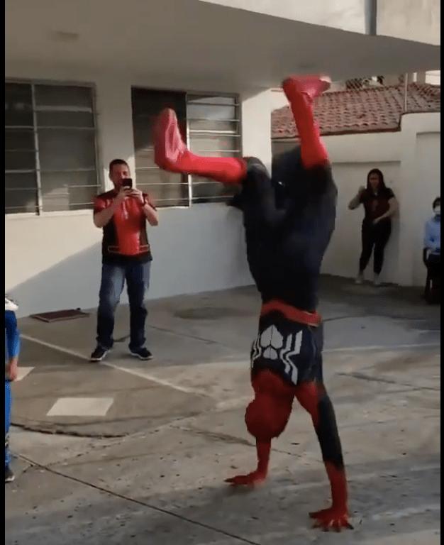 Spider-man se hace viral por llegar a fiesta infantil a bailar cumbias