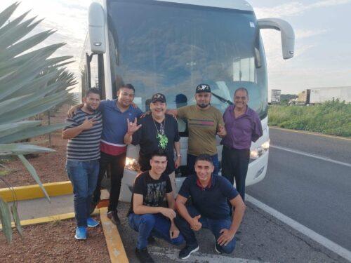 Julio Preciado acompañado de sus músicos en la carretera