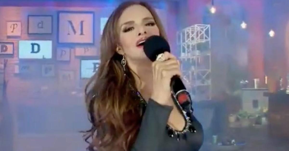 Lucía Méndez hace playback durante programa en vivo y la cortan