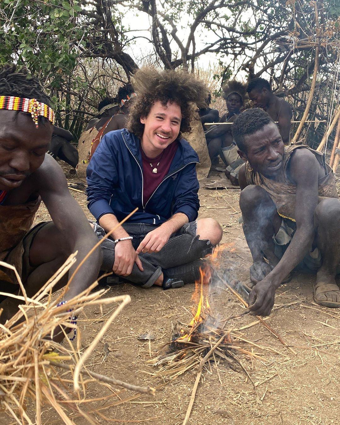 Luisito Comunica fuma marihuana con tribu africana