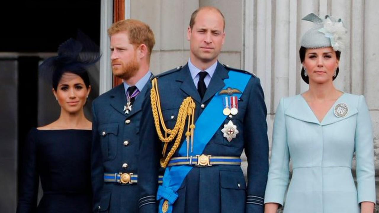 Príncipes William y Harry sonrientes con sus esposas