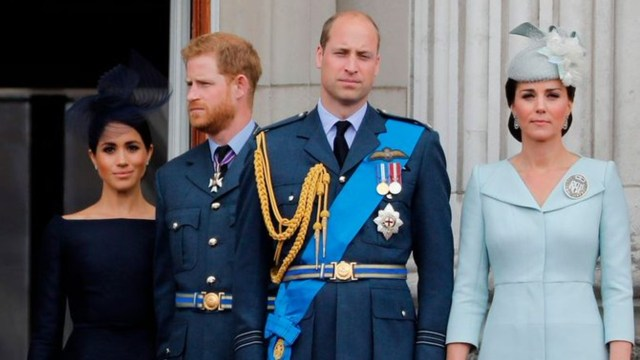 Príncipes William y Harry sonrientes con sus esposas