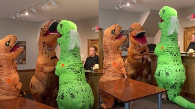 Pareja se casa de dinosaurios