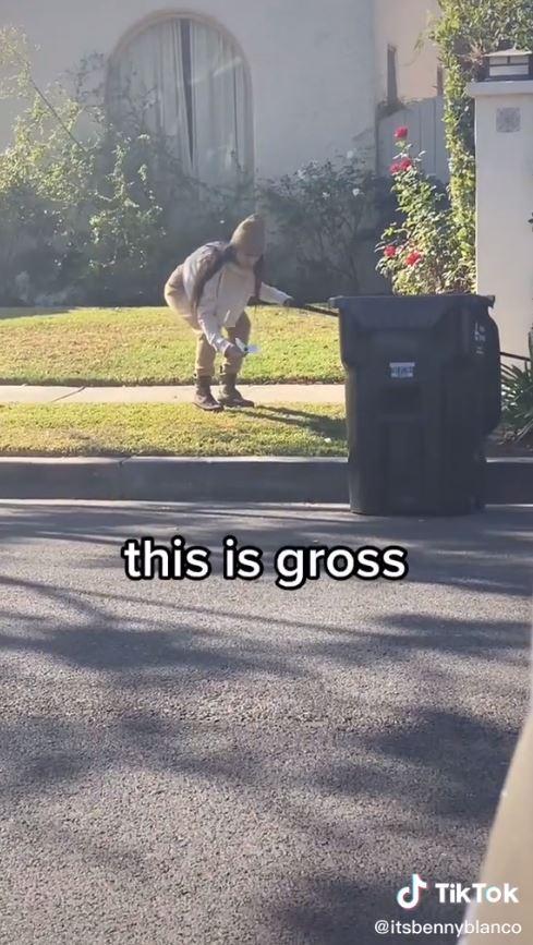 Video de Mia Khalifa recogiendo las heces de su perro con su cubrebocas