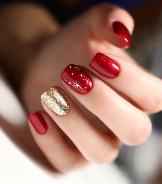 Uñas rojas con estrellas