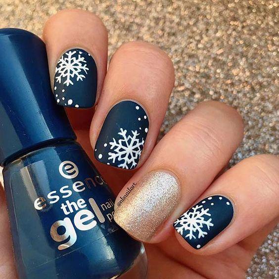 Uñas azules con copos de nieve